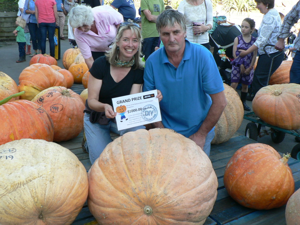 Deb Bailey and Chris Lawson with their 98.9kg winning pumpkin